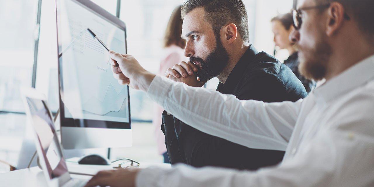 Zweim Männer arbeiten an einem PC